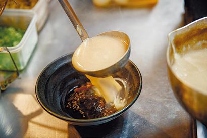 豚、牛、鶏を使った同店オリジナルの「三獣スープ」。濃厚なコクととろみ感がご飯に合う