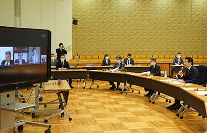 野上浩太郎農相(右端)とTV会議出席の4社トップ