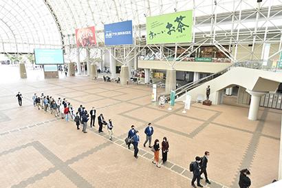 会場受付までソーシャルディスタンスの列が続くインテックス大阪