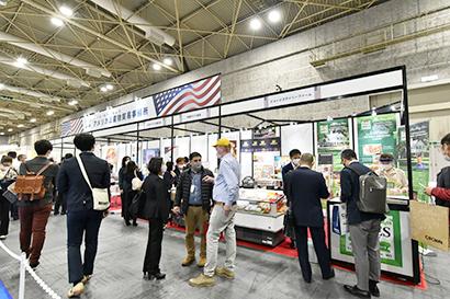 アメリカ総領事館農産物貿易事務所のブースでは肉料理からデザートまで順に企業が紹介