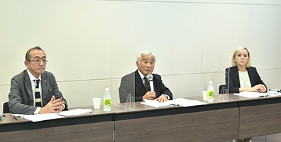 田中清神戸学院大学栄養学部教授(中央)と浅野まみこ管理栄養士(右端)