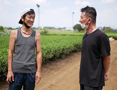「REIWA47キャラバン」で全国の生産者を訪問する高橋博之CEO(左)