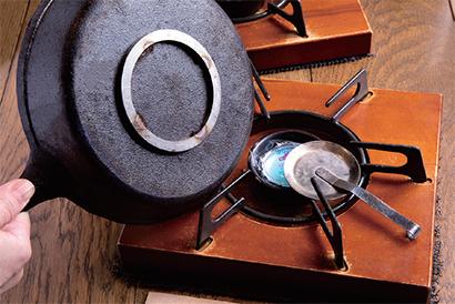 燃料の火の持続時間は7~10分程度。好みの焼き加減で火を消す火消し皿も用意