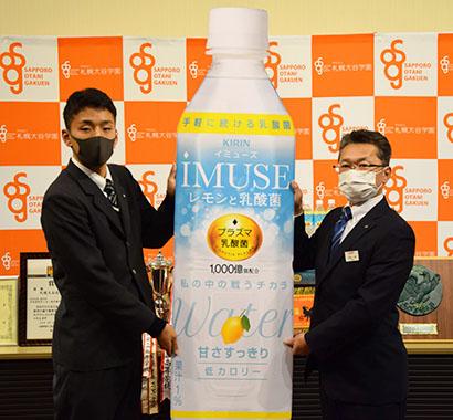 北海道キリンビバレッジなど、札幌大谷高校サッカー部へ商品贈呈 体調管理を支援