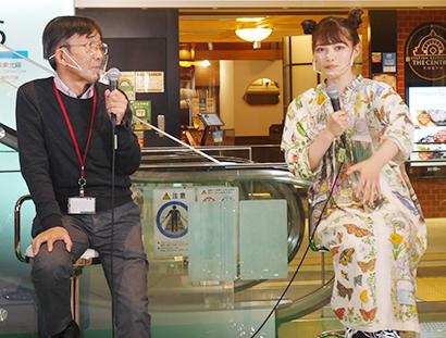 初日はトークセッション「昆虫は美味い!」で盛り上がる内山昭一氏(左)と井上咲楽
