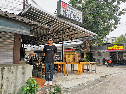大人気のチェンマイホルモンと経営者の内田誠さん=タイ・チェンマイで小堀晋一が10月29日写す