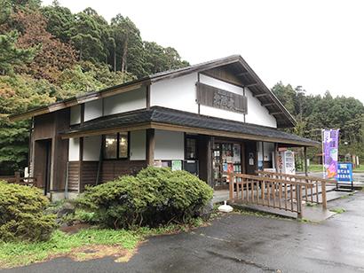 道の駅はちもりは、お殿水を求めてキャンプ・登山客が訪れるだけでなく、地元の人たちへの地産地食材の発信の場として情報が持ち込まれる