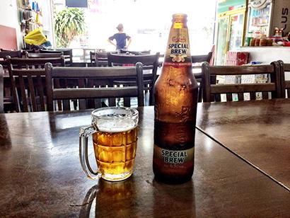 マレーシアを旅行すると、アルコールが飲める店を探すのに苦労することがある=19年5月、南部ジョホールバルで小堀写す