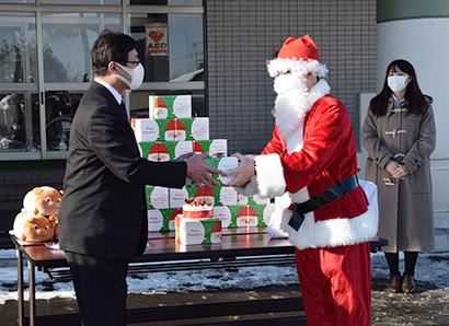 サンタクロースに扮してクリスマスケーキを贈呈(北海道札幌養護学校)