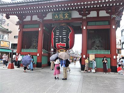 東京の名所・浅草寺の雷門の観光客は激減した(20年7月26日写す)