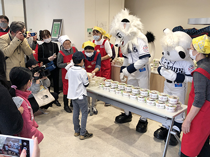 プロ野球球団・埼玉西武ライオンズのマスコットのレオ(左)とライナも子ども食堂に協力
