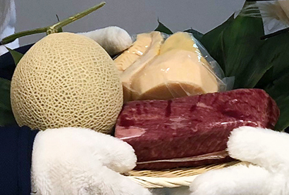 牛焼肉丼や付け合わせとして提供された和牛肉とタケノコ、メロン