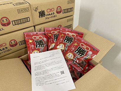 東京カリント、医療従事者へ「勝つりんとう」寄贈