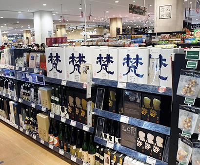 蔵元との直接取引を広げ専門性を高める日本酒=ふじみ野店