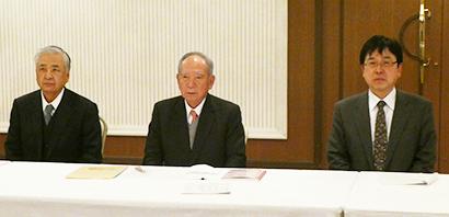 左から細貝理榮副会長、飯島延浩会長、阿部勲専務理事