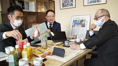 柳沼広呂人社長(中央)、柳沼真行工場長(左)と芳賀英文ヨークベニマル参与