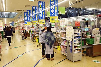 札幌市内の食品スーパー売場(昨年11月、警戒ステージ4が発令されたころ)