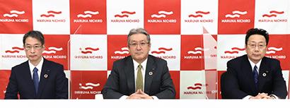 左から小梶聡執行役員、池見賢社長、半澤貞彦取締役専務執行役員