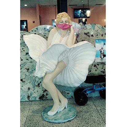 ダイナ―の店頭に置かれたマリリン・モンローの人形もマスク。マスク着用はアメリカにほぼ定着した