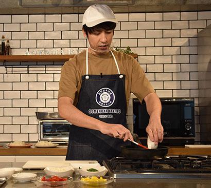 染野屋、「プラントベース・ミンチ」でウエキ氏が料理実演