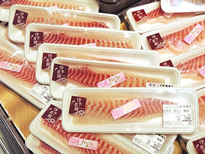 協議会の取組みで養殖魚の取り扱いは着実に拡大している(写真は広島市の有力食品スーパー鮮魚売場)