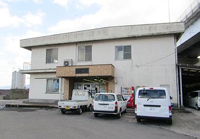 牛根漁業協同組合は鹿児島県で初めてブリの養殖を手掛けた(写真は同組合事務所)