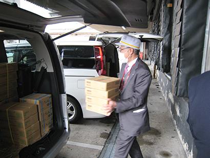 食材を積み込む加藤英敏社長