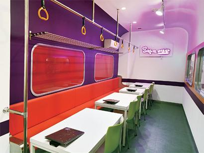 地下鉄がモチーフのカフェ&韓国食堂