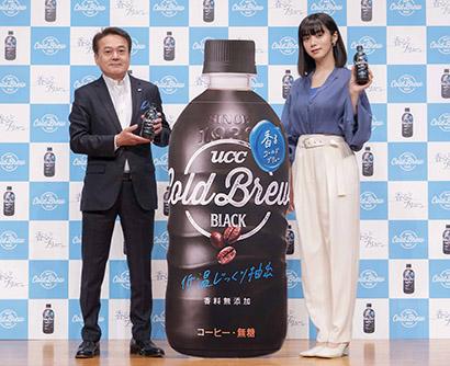 新ブランドをアピールする杉山繁和取締役副社長(左)と池田エライザ