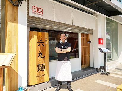 ラーメン専門店「ROCKMEN」とマネージャーの井上虫歯二本さん=タイ・バンコクで小堀晋一が2月24日写す