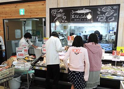 鮮魚コーナーのオープンキッチン