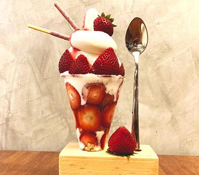 うどん専門店「KOMUGI」で販売する一番人気の「イチゴパフェ」=提供写真