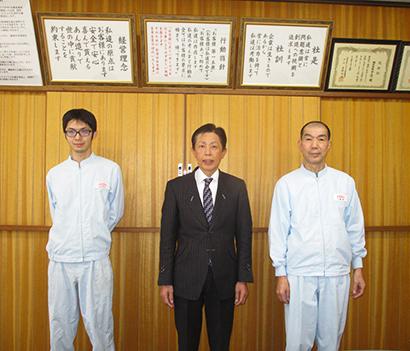 右から白幡巌取締役研究室長、加瀬澤克治代表取締役社長、丹羽祥文システム担当主任