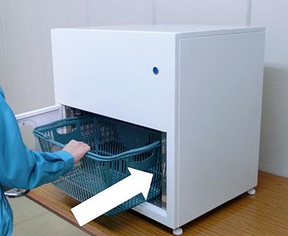 秀峰自動機、量販店にかご除菌装置 セルフ操作で安心を