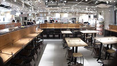 センターに位置するイートインはゆったり80席=キッチン&マーケット