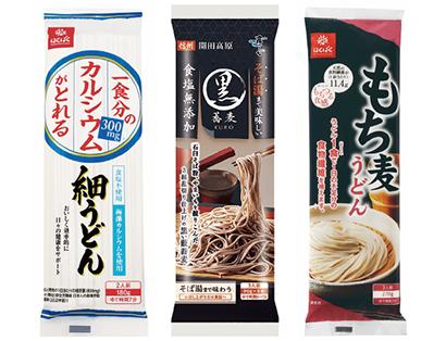 左から「一食分のカルシウムがとれる細うどん」、「そば湯まで美味しい蕎麦・黒」、「もち麦うどん」