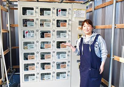 半田そうめんの無人販売機と北室淳子副理事