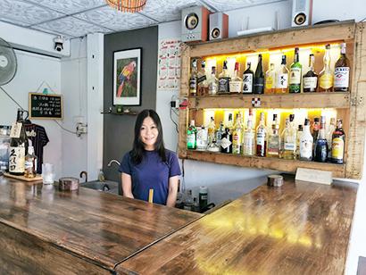 小林史佳さんが経営するバー「夜食堂」は酒類も豊富だ=タイ・チェンマイで小堀晋一が3月31日写す