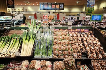 オリジナリティーある独自商品をバイヤー自ら選定する力が求められている(野菜コーナー)