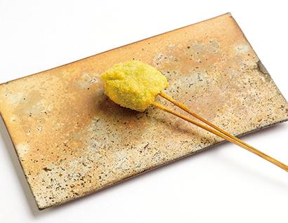 「そら豆のかき揚げ串」食べたときのソラ豆の香りが濃厚。すり身と油がうま味をプラスして食べ応え満点だ