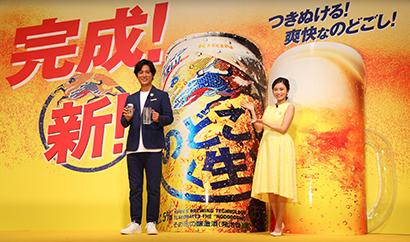 CMキャラクターの桐谷健太(左)と小島瑠璃子が新しいうまさをアピール