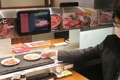 「焼肉の和民」は特急レーンと配膳ロボットの活用によりフロアスタッフ数が居酒屋の約半分に