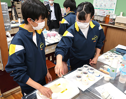 寒天の種類、量によるゼリー強度の違いなどを確かめる生徒(写真=伊那食品工業提供)