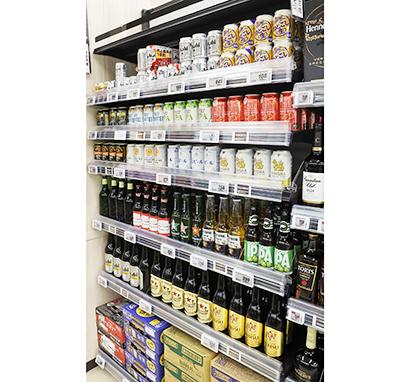 ダイエーイオンフードスタイル日野駅前店の酒類売場。家飲み需要に応えるため、多種多様なビールを陳列