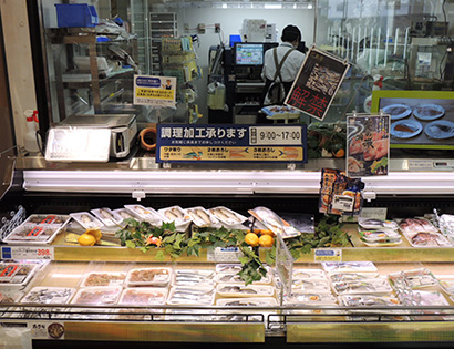 好評の鮮魚売場の対面販売