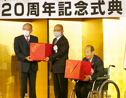 左から飯島延浩会長、景品表示適正化功績者表彰を受けた桐山健一氏、西川隆雄氏