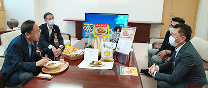 ハウス食品、今年も青森産野菜カレー展開 三村知事を訪問