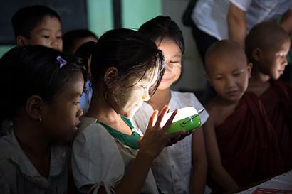 パナソニック、インドネシア無電化地域へランタン寄贈