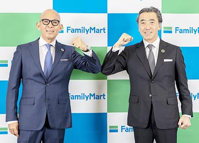 ファミリーマートは伊藤忠商事との連携で新たな成長基盤の構築を目指す。ファミリーマートの細見研介社長(左)と澤田貴司副会長
