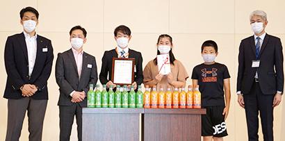 北海道キリンビバレッジとツルハ、札幌市立八軒小学校へベルマーク贈呈